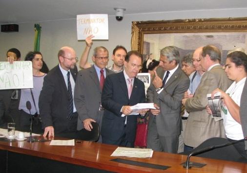 Presidente da Comissão de Constituição e Justiça recebe de deputados e representantes de organizações abaixo assinado contra a liberação de sementes estéreis- foto: Juarez Martins